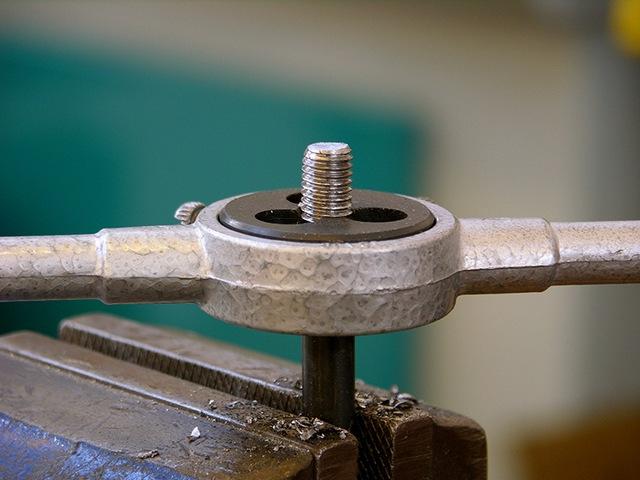 как нарезать внутреннюю резьбу в металле
